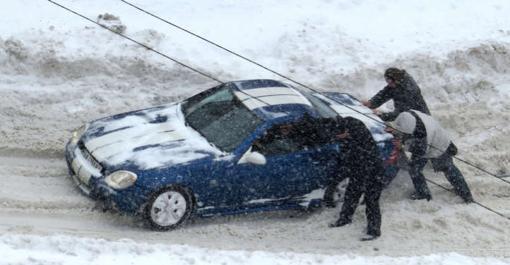 Boetecalculator adviseert een controle van de auto voor je op wintersport vertrekt om autopech zoals op deze foto te voorkomen