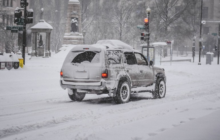 Auto in de sneeuw op weg naar wintersportbestemming moet oppassen voor verkeersboetes – Boetecalculator.