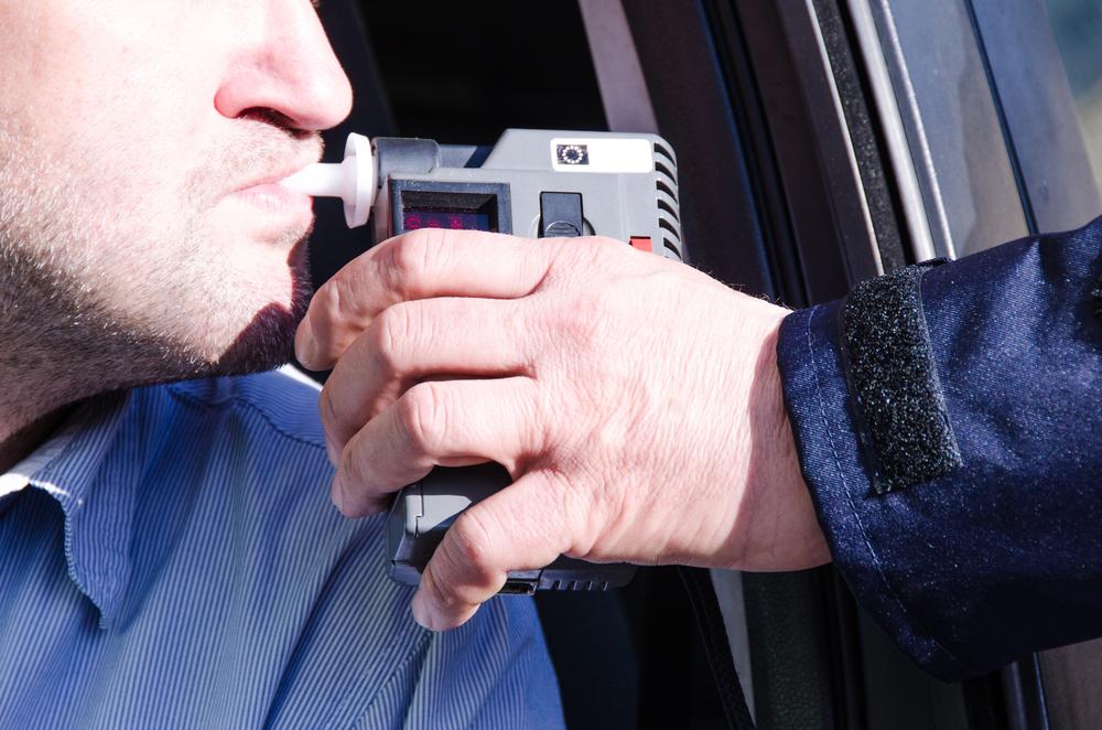 Man blaast in meettoestel en riskeert boete voor dronken rijden bij dronkenschap. - Boetecalculator