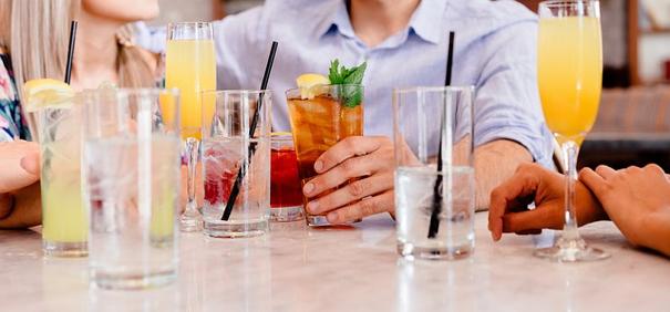 collègues buvant des mocktails pour éviter une amende pour alcool au volant – Mon amende