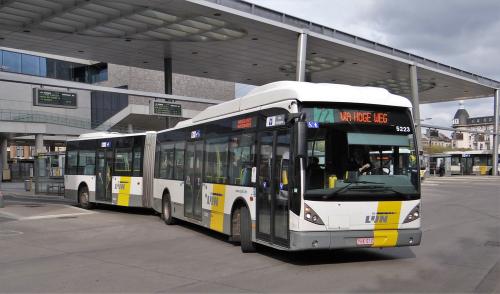 Een bus vertrekt aan een bushalte in Gent. De Lijn hanteert voor zijn boetes eigen tarieven - Boetecalculator