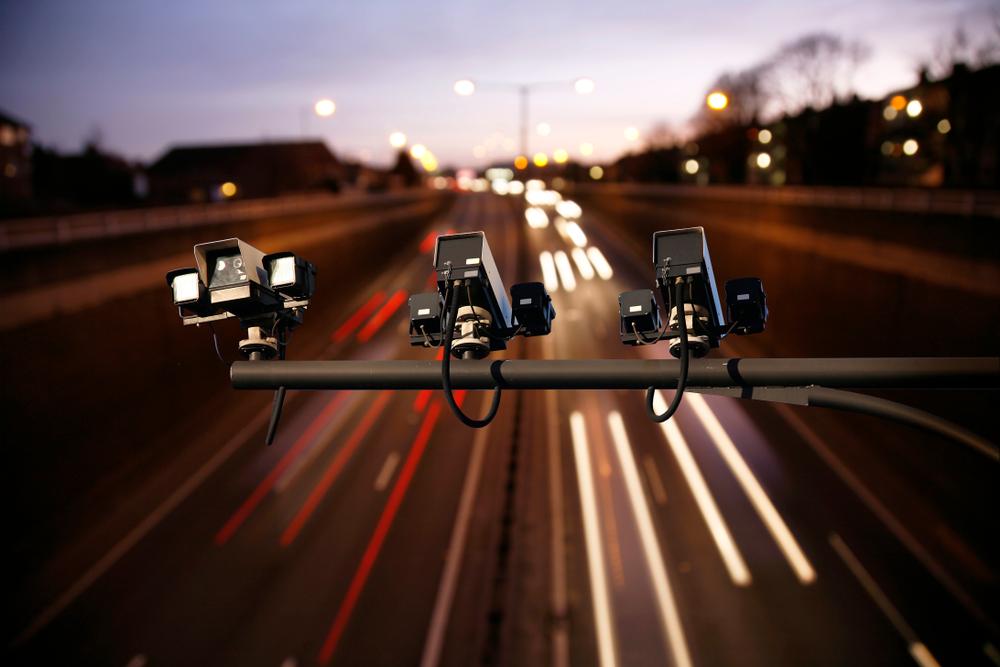 Caméras intelligentes au-dessus d'une route avec beaucoup de circulation flashent pour l'environnement – Mon Amende