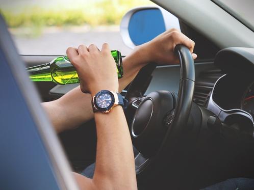 Personne buvante derrière le volant