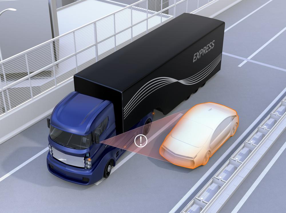 Auto rijdt in de dode hoek van vrachtwagen. Geen probleem met slimme camera's. – Boetecalculator