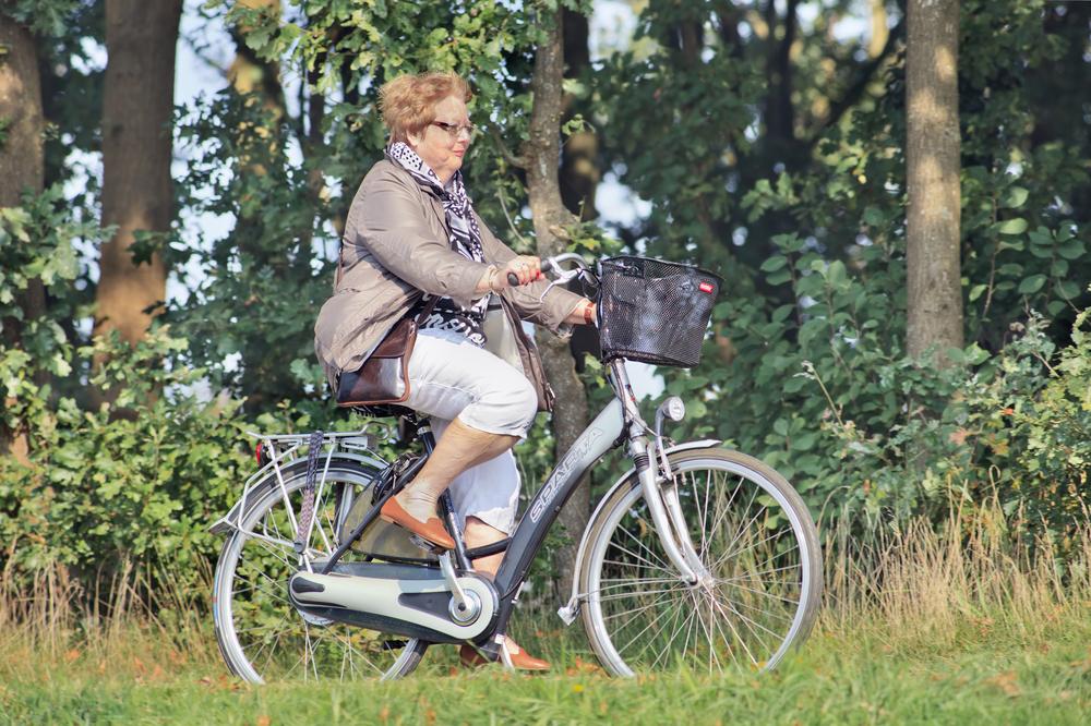 Oudere dame voorkomt verkeersboetes door reglementair met de e-bike te rijden - Boetecalculator