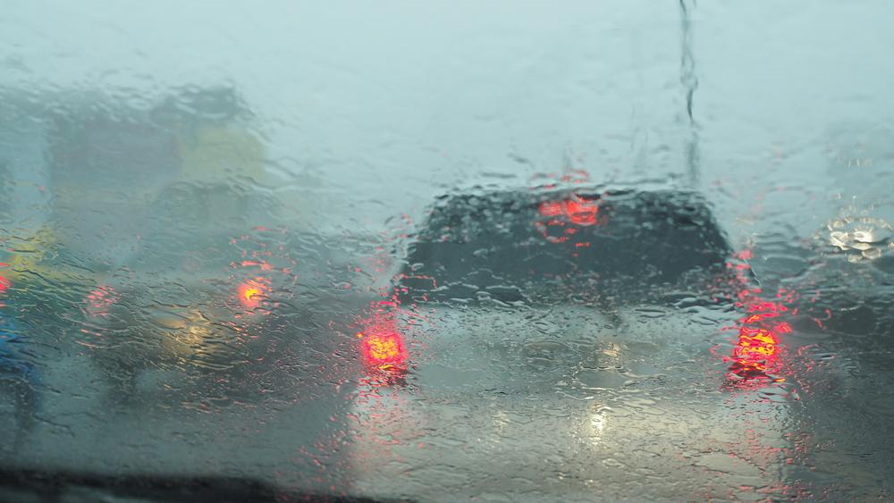 Voiture dans la pluie dans les embouteillages risque quand même de se faire flasher. Mon Amende