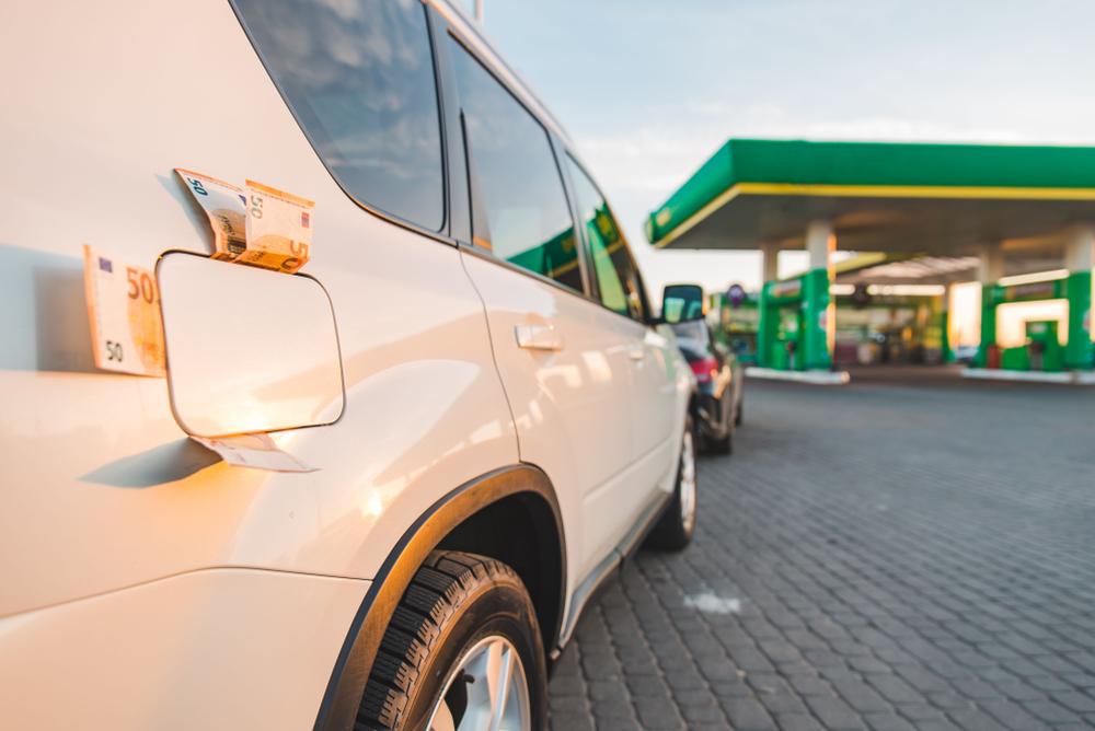 Voiture avec argent dans réservoir de carburant à une station-service montre que l'éco-conduite est également bon marché – Mon Amende