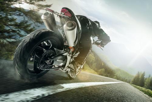 Motorrijder rijdt snel. Toch ontsnappen motards makkelijk aan flitsboetes. – Boetecalculator.