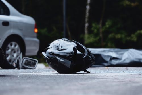 Helm op straat na ongeluk met motorfiets. Welke kledij voorkomt letsels en verkeersboete? – Boetecalculator