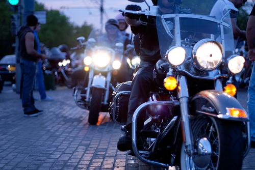 Groep motorrijders onderweg. Wat zijn de regels om verkeersovertredingen te voorkomen? - Boetecalculator