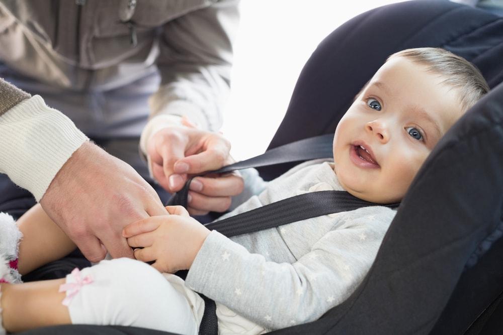 Ouder maakt baby vast in babyzitje in auto om verkeersboete te voorkomen. - Boetecalculator