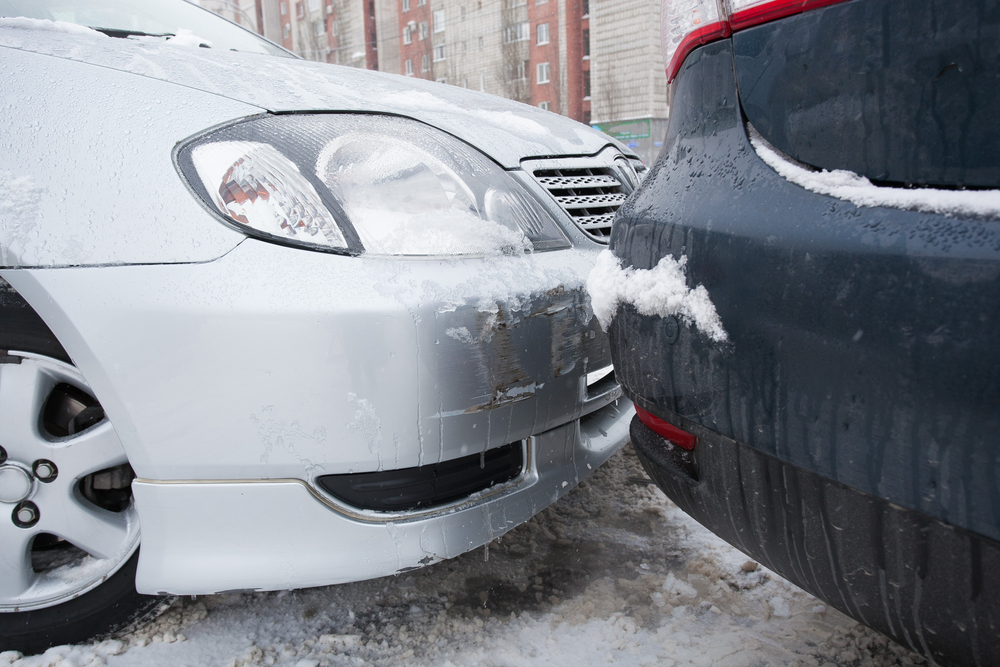 Ijs op de weg leidt tot ongevallen. Volg onze tips om verkeersboetes te vermijden. - Boetecalculator