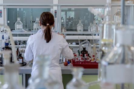 De foto toont een laborante die tests uitvoert. Na een drugs- of alcoholcontrole volgt er steeds een analyse.