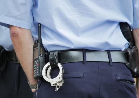 Quelle interdiction de conduire ou amende est applicable pour conduite sous influence de drogue ? Sur la photo vous voyez un policier.