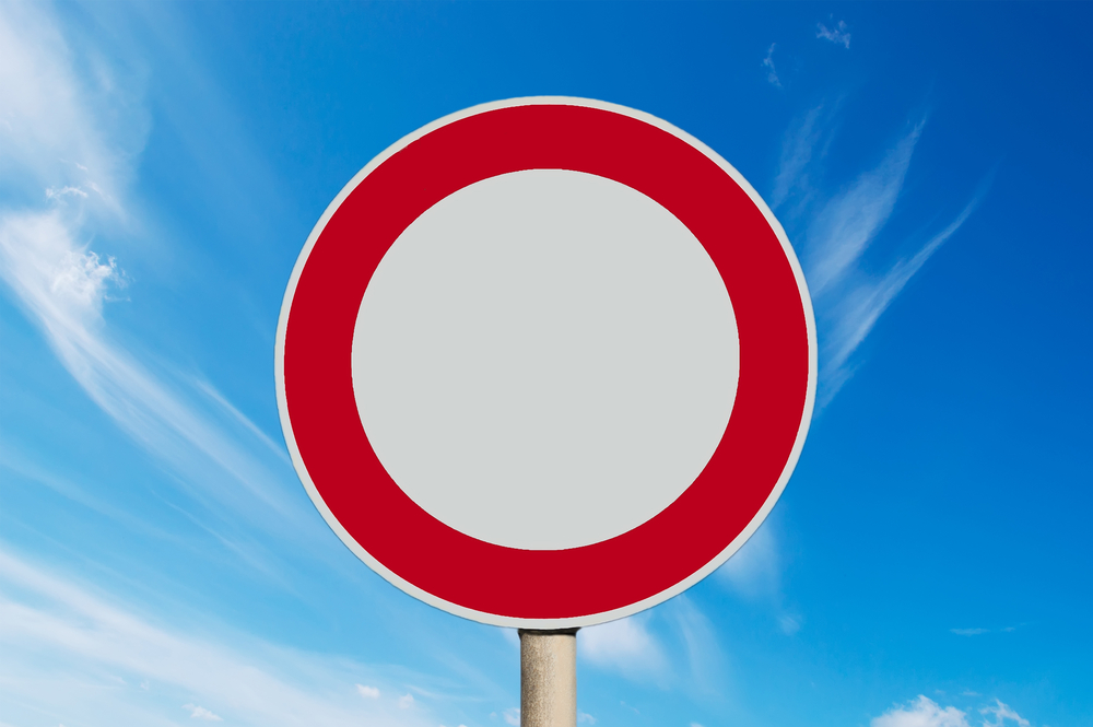 Panneau blanc avec bord rouge de sens interdit. L'ignorer signifie une amende routière – Mon Amende