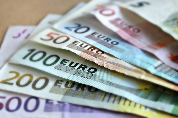 Boetecalculator toont eurobriefjes op een tafel om aan te geven dat verkeersboetes duurder worden