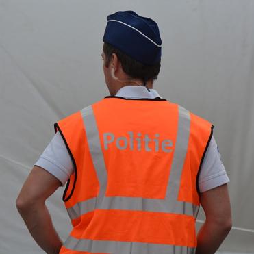 Foto met Belgische politieagent bij artikel van Boetecalculator over alcoholcontroles