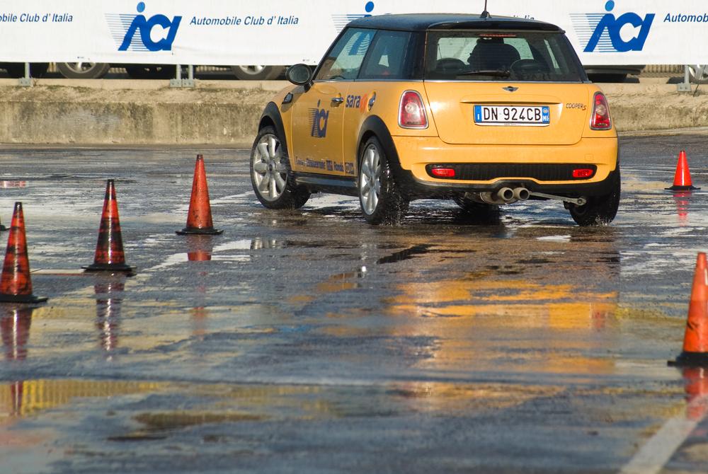 Een slipcursus zoals deze helpt u bekeuringen in het verkeer te vermijden. - Boetecalculator